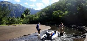 Dra dingyen opp elva for å fylle vann og for en vakker tur!