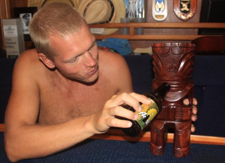 Magnus og Ttiki'en tar en avskjedsdrink med medbrakt Arendals Pilsner.