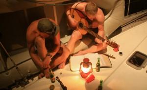 Audun spiller opp til allsang på framdekket i Papeete Marina.